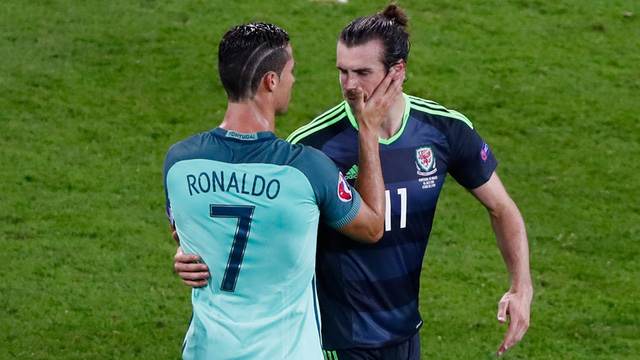 Trận bán kết thứ nhất tại EURO 2016 đã khép lại với chiến thắng 2-0 nghiêng về phía BĐN. Kết quả này khiến Bale không thể vui lòng và vì thế, người đàn anh Ronaldo đã chạy tới an ủi Bale ngay sau khi tiếng còi mãn cuộc vang lên.