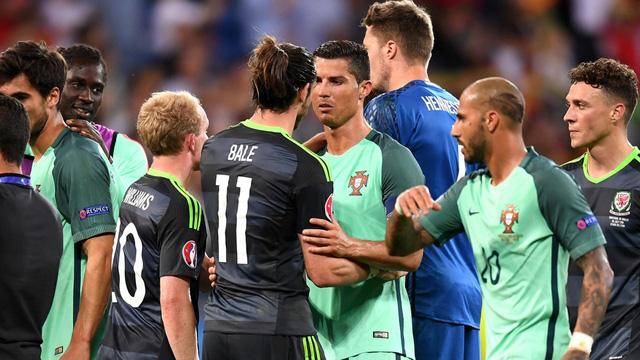 Ronaldo chạy tới an ủi Gareth Bale sau thất bại.