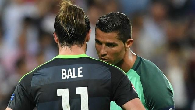Trước khi rời đi C.Ronaldo còn như thể hôn lên vai người đàn em Gareth Bale để an ủi.