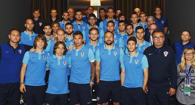 Các thành viên ĐT Croatia chia sẻ nỗi buồn với thủ quân Darijo Srna