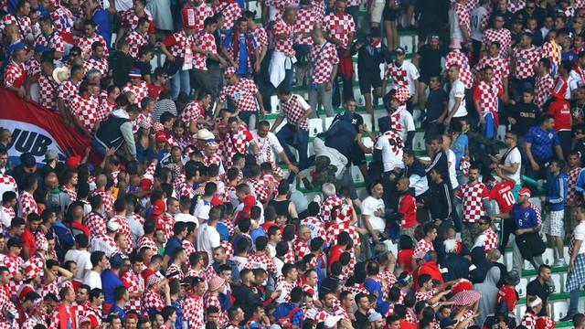 Hình ảnh hỗn loạn trên khu vực khán đài của CĐV Croatia