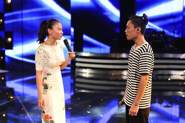 Giám khảo Thu Minh hỗ trợ Việt Thắng tập luyện.