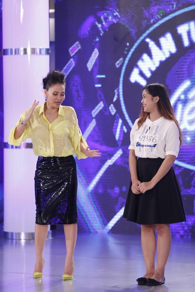 Thu Minh ngẫu hứng hướng dẫn Y Lux nhảy sexy.