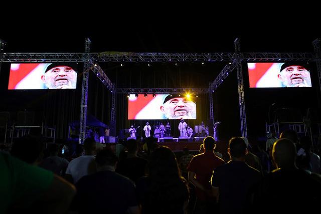 Người dân thủ đô Havana của Cuba theo dõi chương trình hòa nhạc chúc mừng sinh nhật lần thứ 90 của cựu Chủ tịch Fidel Castro đêm 13/8. (Ảnh: Reuters)