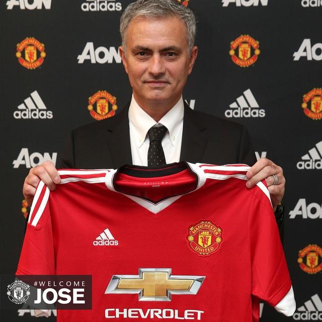 Jose Mourinho bên chiếc áo đấu của Man Utd