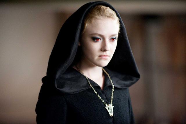 Dakota Fanning thủ vai ma cà rồng mang tên Jane trong The Twilight Saga. Đây là một ma cà rồng nhỏ nhắn, mang khuôn mặt của một thiên sứ, có khả năng gây ảo giác đau đớn điên cuồng cho kẻ thù.
