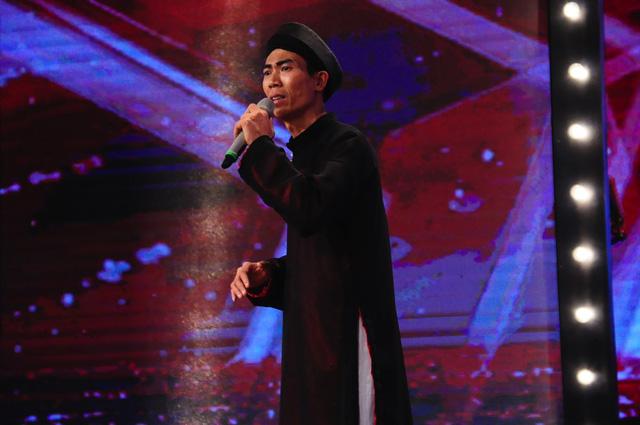 Anh chàng Đào Duy Ninh đến từ Thái Bình đã chinh phục cả ba giám khảo vì giọng hát ngọt ngào, say mê khi trình diễn hát chèo.