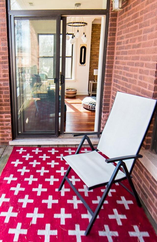 Ban công cũng là nơi ngập tràn ánh nắng và giúp chủ nhân được thư giãn.