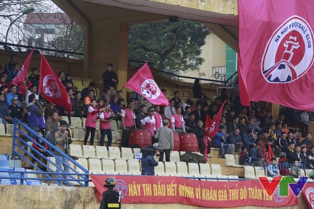 Trận derby Hà Nội sau nhiều năm tại V.League 2016 đã không thể thu hút đông NHM Thủ đô như 20 năm về trước (Ảnh: Tạ Hiển/VTV News)