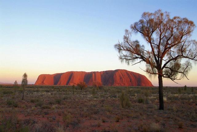 Uluru là biểu tượng tự nhiên được nhận biết nhiều nhất của Úc. Các thổ dân Úc tin rằng các thần linh biến thành Uluru là từ thần linh rùa. Ảnh: exploreaustralia.