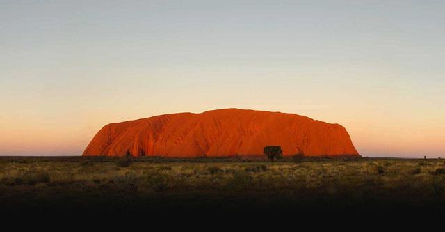Vườn quốc gia Uluru-Kata Tjuta nằm ở Northern Territory, Úc; có diện tích lên tới 1.398km2 và bao gồm núi đá đỏ Uluru Ayers. Ảnh: parksaustralia.