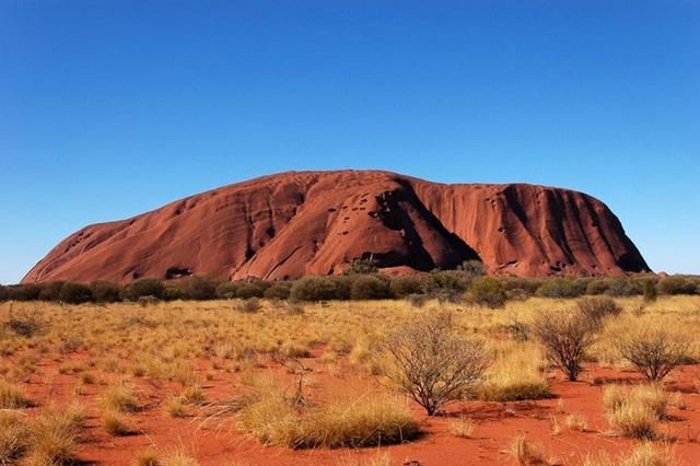 Uluru vốn là ngọn núi đá nguyên khối khổng lồ thuộc dãy núi Ayers, được tình cờ phát hiện vào năm 1973 và được đặt theo tên vị thủ tướng người Australia lúc bấy giờ là Hengli Ayers. Ảnh: wordpress.
