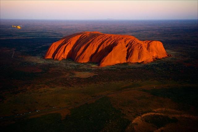 Núi đá khổng lồ Uluru có hình dạng tròn và bóng nhẵn, toàn vẹn một khối. Ảnh: artinmovimento.