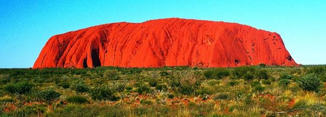 Lúc mặt trời vừa mọc thì toàn bộ khối đá chuyển màu đỏ nhạt nhưng đến khoảng giữa trưa lại biến thành một màu rực rỡ khác. Ảnh: realaussieadventures.