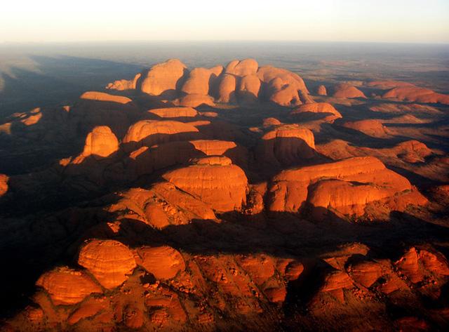 Uluru thực ra là một khối đá ráp thạch anh, chất đá cứng rắn, kết cấu chặt chẽ. Ảnh: bloguez.
