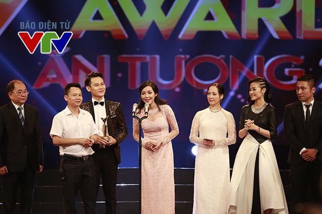 Vũ Thanh Quỳnh (ở giữa) vinh dự được chọn là nhân vật điển hình của Change Life - Thay đổi cuộc sống (Ảnh: Hải Minh).