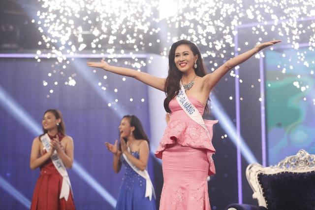 Diệu Ngọc hạnh phúc trong giây phút được xướng tên đăng quang ngôi vị Hoa khôi áo dài Việt Nam 2016