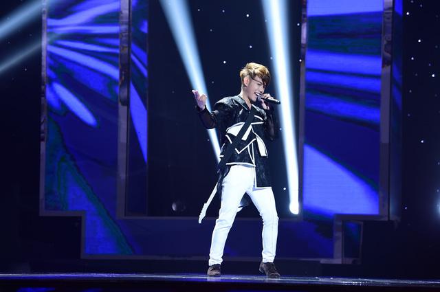 Anh chàng nhân viên văn phòng Đinh Kiếm Hào với cách trình diễn vô cùng chuyên nghiệp trong ca khúc Ngày em đi.