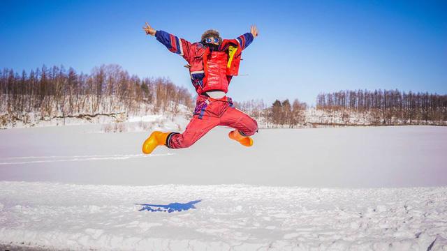 Với niềm vui sắp được đi khinh khí cầu và ngắm tuyết từ trên cao.