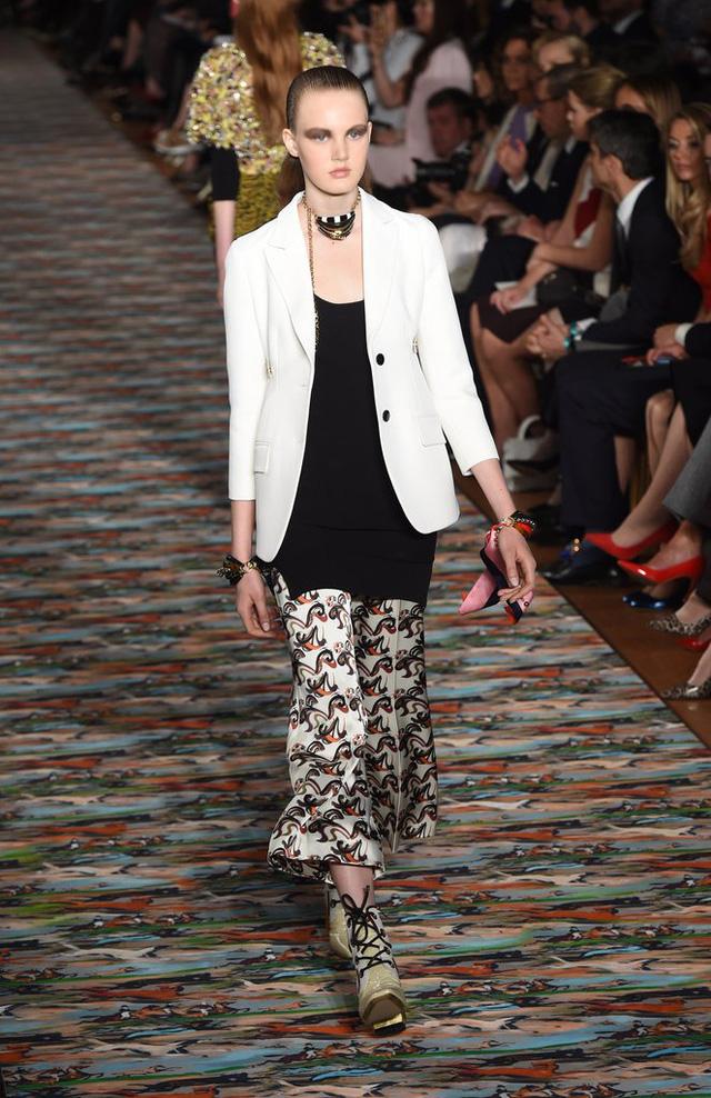 Dior cũng cho ra mắt trang phục thanh lịch, trong đó có quần cullottes - xu hướng đang được yêu thích.