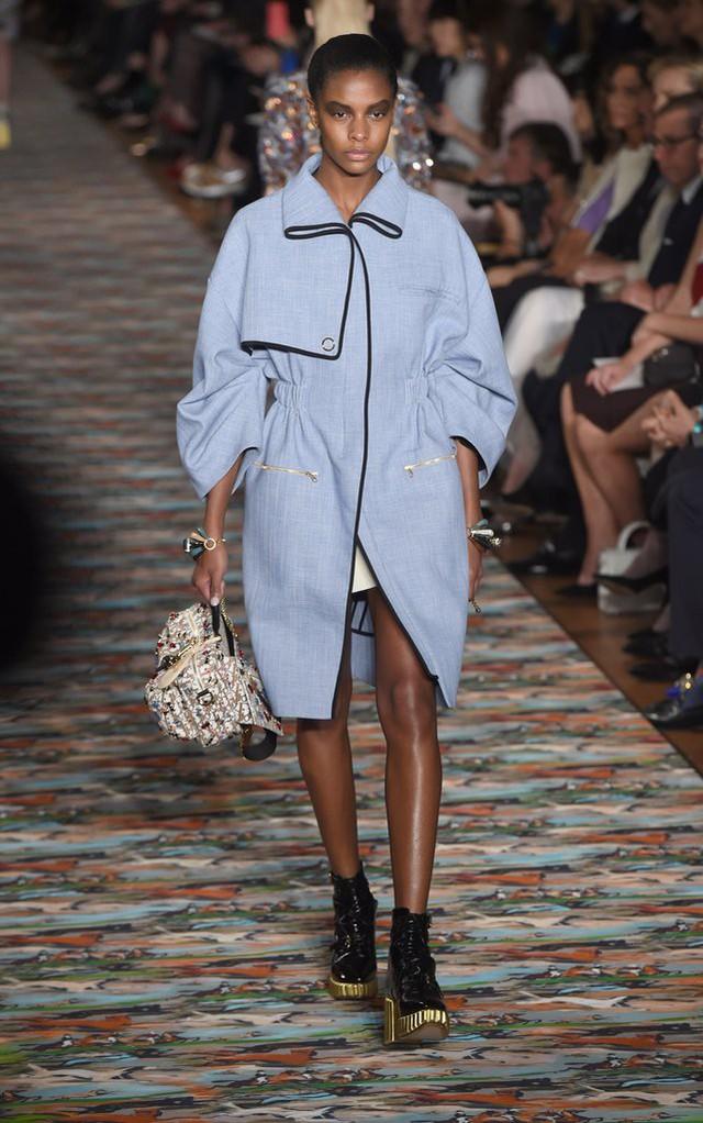 Mẫu áo khoác mới của Dior mang màu sắc nhã nhặn nhưng cũng là màu xu hướng năm nay.