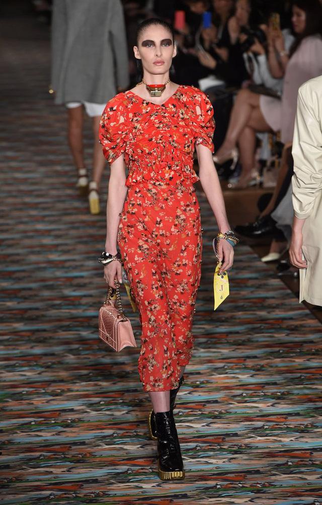 Floral là họa tiết không thể thiếu trong tủ đồ của các cô gái. Nắm bắt điều đó, Dior còn cho ra mắt mẫu váy floral mang phong cách cổ điển nhưng vẫn rất nổi bật.