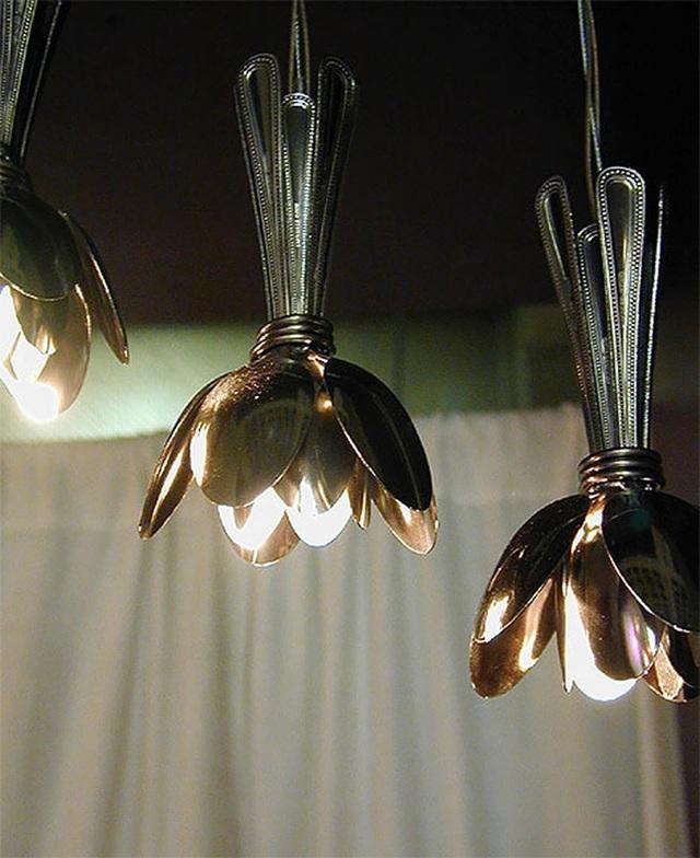 Tận dụng những chiếc thìa cũ làm thành chao đèn độc đáo.