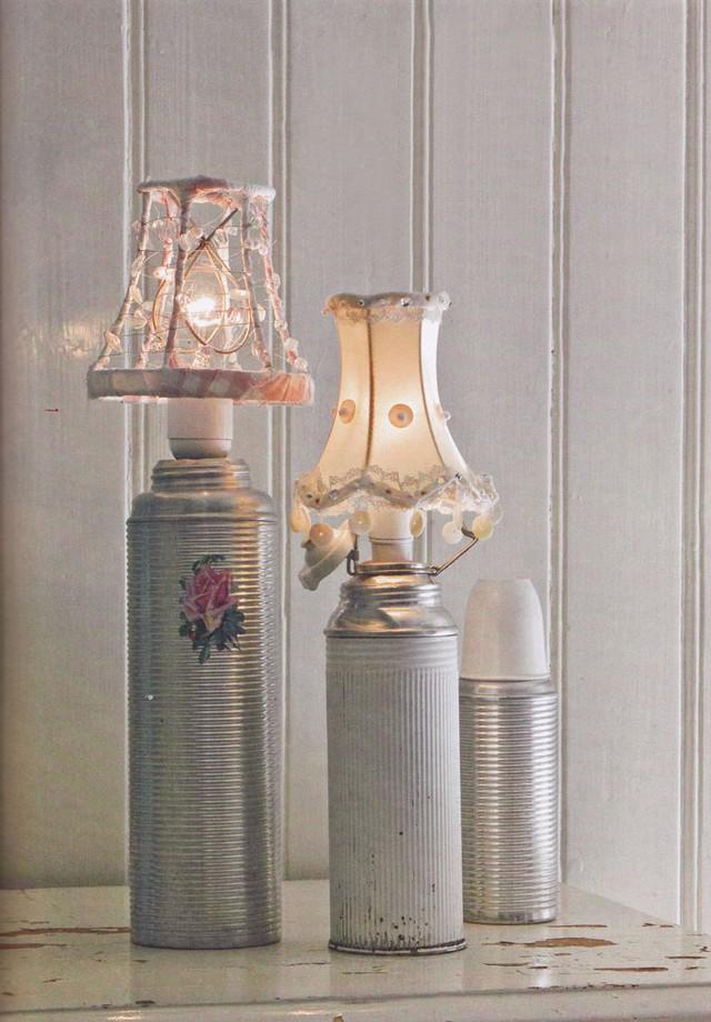 Phích cũ được hô biến thành đèn ngủ mang phong cách vintage.