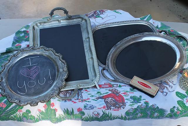 Những chiếc khay cũ được dùng làm bảng trang trí mang thông điệp ý nghĩa hay những lời nhắn nhủ dễ thương.