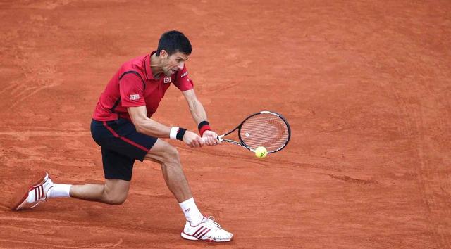 Bản lĩnh và sự chủ động giúp Djokovic dễ dàng giành thắng lợi 6-1 trong set 2 để cân bằng tỉ số 1-1 trong trận chung kết. Ảnh: Guardian