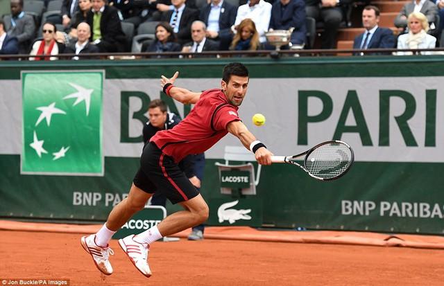 Novak Djokovic càng thi đấu càng bền bỉ và giành chiến thắng 6-2 trong set 3 đầy ấn tượng. Ảnh: Daily Mail