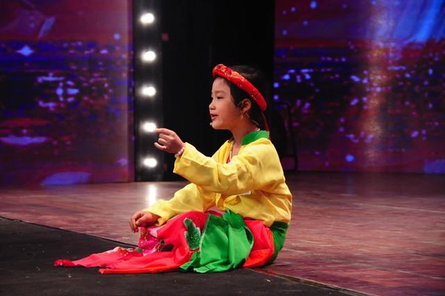 Thí sinh nhí Đỗ Ngọc Hà đến từ Thanh Hoá thể hiện tiết mục hát chầu văn chinh phục Ban giám khảo.