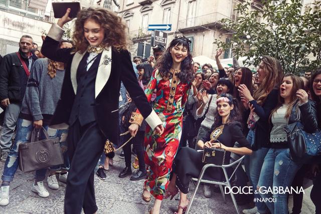 Người dân trên đường phố Naples ở Italy thân thiện chào đón những người đẹp.