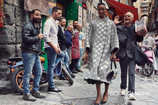 Trong bộ ảnh mới của Dolce & Gabbana, hình ảnh những người dân qua đường đi bên cạnh người mẫu trở nên vô cùng tự nhiên.