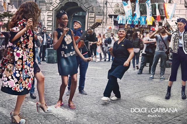 Những người mẫu tham gia chụp ảnh còn thoải mái nhảy múa cùng người dân trên đường phố.