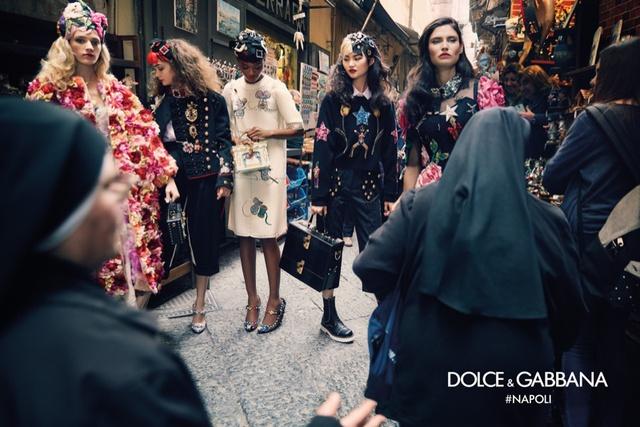 Nhiều người khá tò mò và thích thú ngắm nhìn những người mẫu được chụp ảnh.