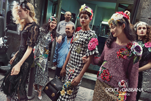 Thậm chí, người mẫu cũng rất thân thiện khi không ngại đến gần trò chuyện và tạo dáng bên người dân trên phố.