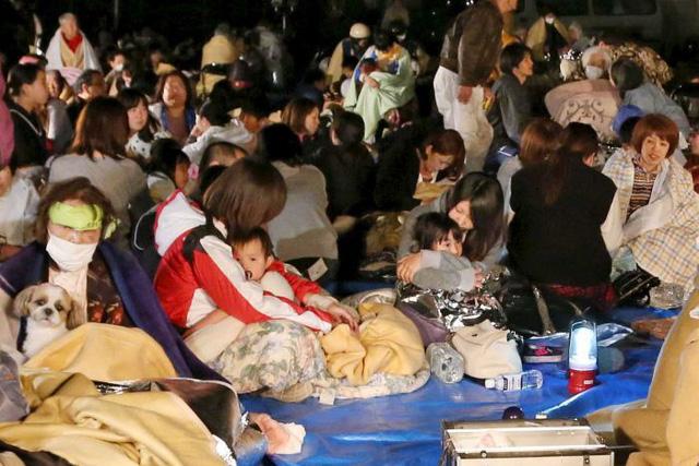 Người dân sơ tán đến văn phòng thị trấn Mashiki trong đêm sau động đất (Ảnh: Reuters)