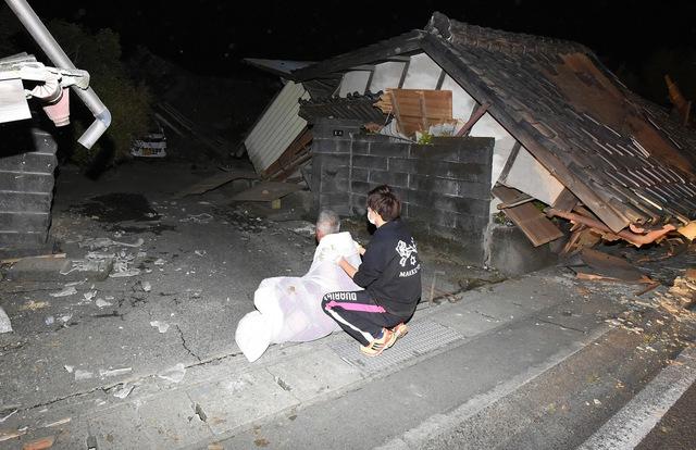 Một người dân bị mất nhà sau trận động đất tại Mashiki, thành phố Kumamoto, Nhật Bản