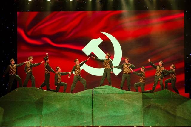 Các tiết mục múa đương đại mở đầu cho chương trình kỷ niệm