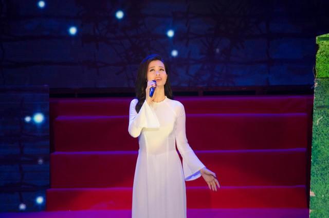 Ca sĩ Đông Nhi trình diễn ca khúc Biết ơn chị Võ Thị Sáu tại lễ kỷ niệm 85 năm ngày thành lập Đoàn TNCS Hồ Chí Minh