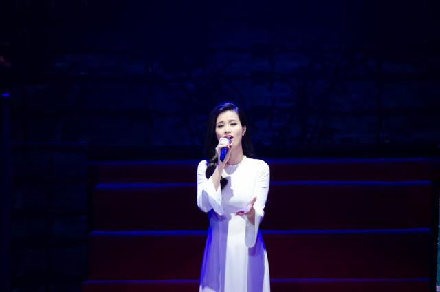 Nữ ca sĩ xuất hiện đầy thướt tha trong tà áo trắng