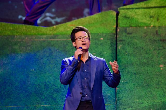 Nam ca sĩ Hà Anh Tuấn trong màu áo thanh niên đã trình diễn ca khúc Cùng anh tiến quân trên đường dài