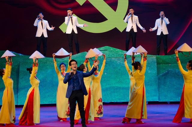 Nhóm O-plus cùng Hà Anh Tuấn trình diễn liên khúc cách mạng