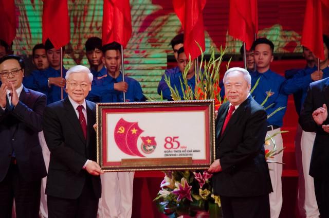 Đồng chí Nguyễn Phú Trọng, Tổng Bí thư Ban Chấp hành Trung ương Đảng Cộng sản Việt Nam có lẵng hoa tươi thắm và quà lưu niệm tặng Đoàn Thanh niên Cộng sản Hồ Chí Minh