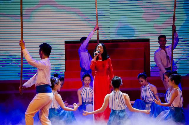 Nữ ca sĩ Đoan Trang thể hiện ca khúc Khát vọng - một ca khúc đã ghi dấu trong tim của nhiều thế hệ thanh niên Việt Nam