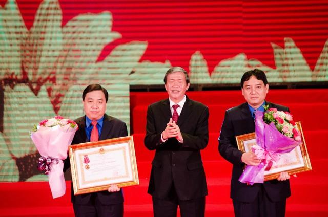 Đồng chí Đinh Thế Huynh - Ủy viên Bộ Chính trị, Thường trực Ban Bí thư Trung ương Đảng trao Huân chương lao động hạng Ba cho đồng chí Nguyễn Đắc Vinh và đồng chí Nguyễn Mạnh Dũng.