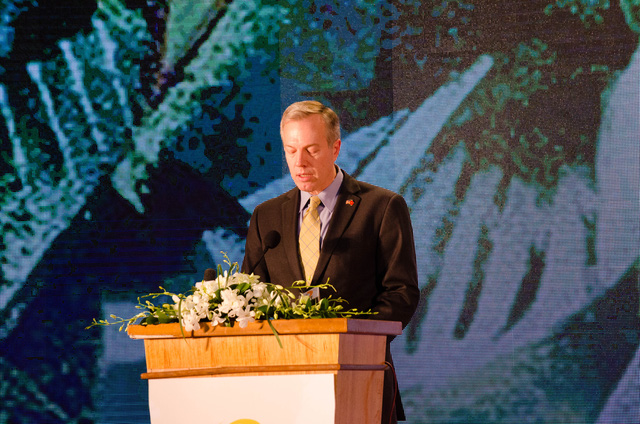 Đại sứ Ted Osius, Đại sứ Hoa Kỳ tại Việt Nam đọc lời phát biểu chào mừng tại Lễ công bố Chỉ số năng lực cạnh tranh cấp tỉnh PCI 2015