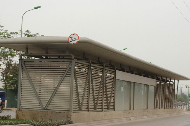Nhà chờ tuyến xe bus nhanh đã được bàn giao cho Tổng Công ty Vận tải Hà Nội để hoàn thiện và có kế hoạch bảo vệ tốt hơn