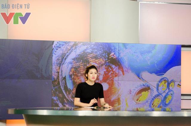 Á hậu Dương Tú Anh trên trường quay của Chuyển động 24h